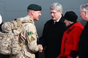加拿大士兵从阿撤回总理来接