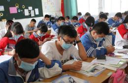 温州一中学受工业废气袭扰 学生戴口罩上课