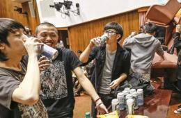 """沦陷后的台""""立法院""""议场 学生喝啤酒庆功"""