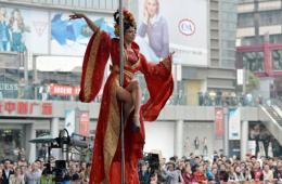 重庆街头钢管舞比赛 主办方称与情色无关
