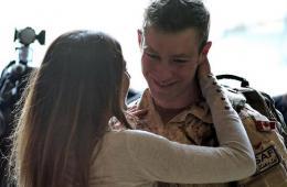 加拿大驻阿富汗最后一批军人回国 与家属感人相拥