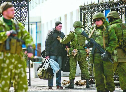 3月19日,位于克里米亚塞瓦斯托波尔的乌克兰海军总部被占领。图为乌海军官兵被迫离开基地。
