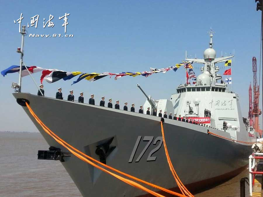 我海军首艘052D级驱逐舰服役
