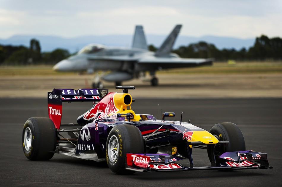 """车手里卡多驾驶红牛赛车在墨尔本附近的一家空军基地""""挑战""""澳大"""