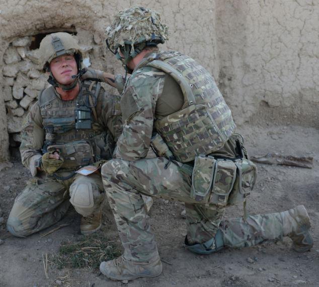 英军士兵脖子中弹后仍顽强作战