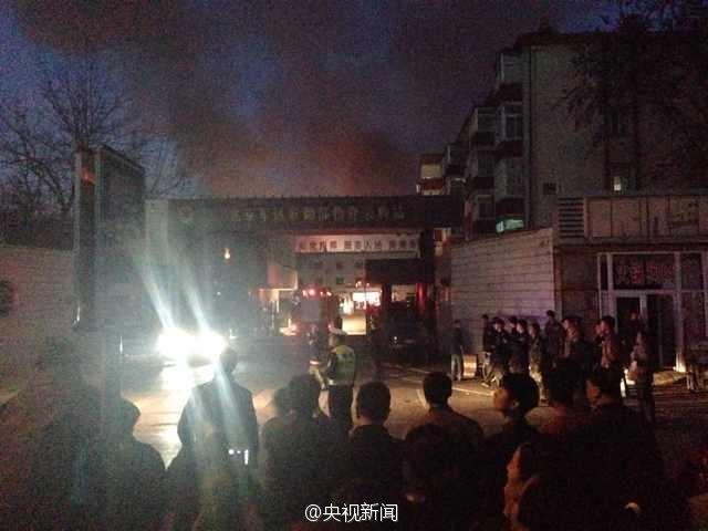 22日17时44分,北京市119指挥中心接到报警,位于丰台区东大街66号附近一处库房发生火灾。119指挥中心迅速调集9个中队、30部消防车赶往现场进行处置。火灾正在扑救当中,现场暂无人员伤亡。(央视记者宋飞京)