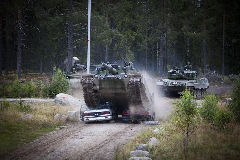 挪威陆军开着豹2坦克踩扁汽车