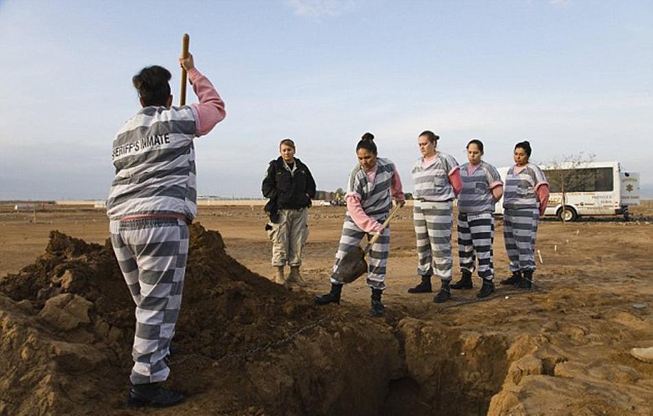 重镣女犯- 两名女囚在执行埋葬任务,其他女囚看着她们-揭秘美国女子重囚监狱 图片