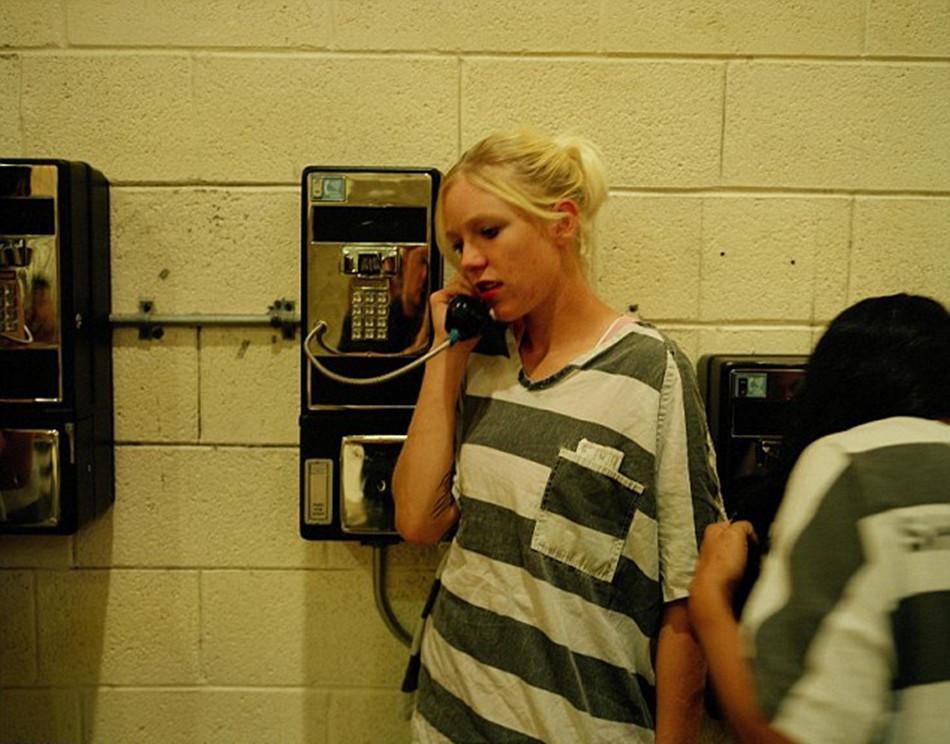 重镣女犯- 女囚正在使用付费电话-揭秘美国女子重囚监狱 手铐脚镣加身图片