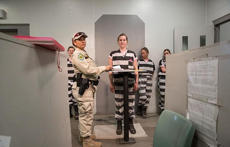 重镣女犯- 女囚们在工作前需先排成一列,接受拍照-揭秘美国女子重囚监狱 手铐图片