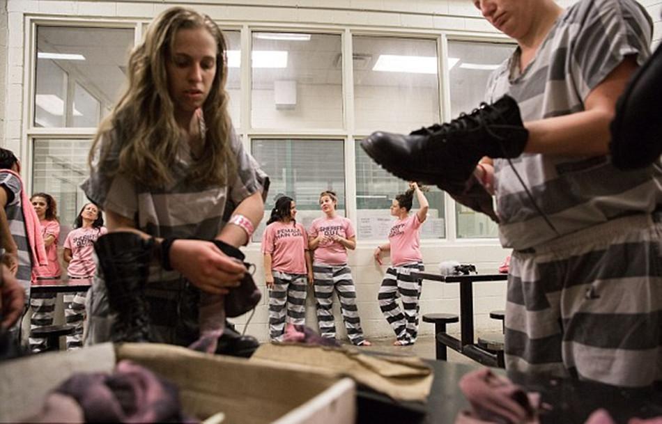 重镣女犯- 女囚们正在清洗工作靴-揭秘美国女子重囚监狱 手铐脚镣加身图片