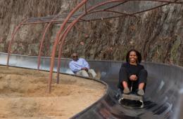 米歇尔和女儿坐滑橇游慕田峪长城