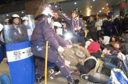 """台出动镇暴警察强制驱离攻击""""行政院""""学生"""
