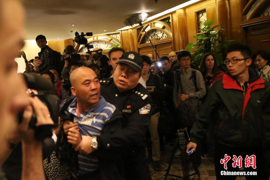 马总理宣布MH370坠毁 在京乘客家属泣不成声