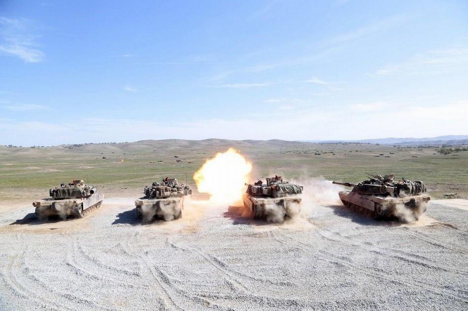 美军M1A1坦克群齐射火力超猛