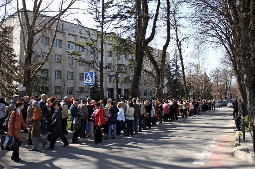 克里米亚居民排队领取俄罗斯护照
