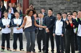 米歇尔在西安城墙上跳绳 扭秧歌