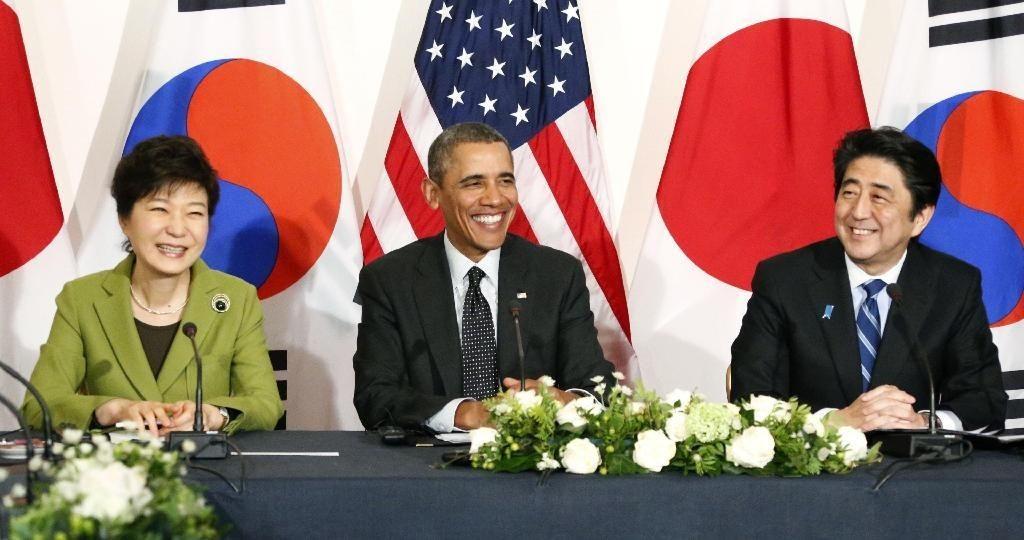 北京时间3月26日凌晨,美日韩三国首脑在荷兰举行会谈。