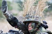 韩国女兵如此伪装:头绑稻草