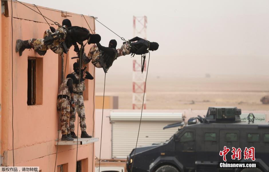 """墙壁上""""爬""""满了沙特特种兵"""