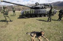 俄军占领克里米亚军事基地 坦克国旗军犬俱全