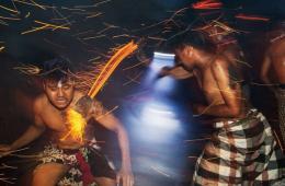 印度教净身仪式场景震撼 赤裸上身互扔燃烧椰壳