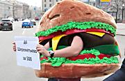 俄男子身穿汉堡服装抵制美式快餐