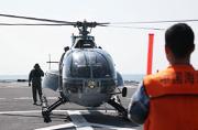 我军坞登舰上降落外军直升机