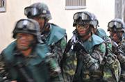 台军士兵穿着救生衣打巷战