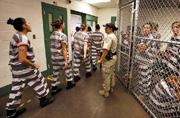 """美国监狱女囚的""""铁链""""生活"""