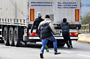 移民者藏身卡车欲冒险偷渡英国