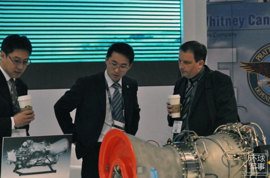 工作人员耐心讲解 中国展出直升机发动机重大进展高清图片