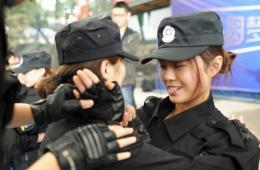 重庆女网友入驻警队学防狼术