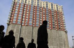 吉林现上下两截怪楼 一半居民楼一半水泥墙