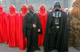 乌克兰网络党总统候选人扮黑武士拉票:我很丑但很强大
