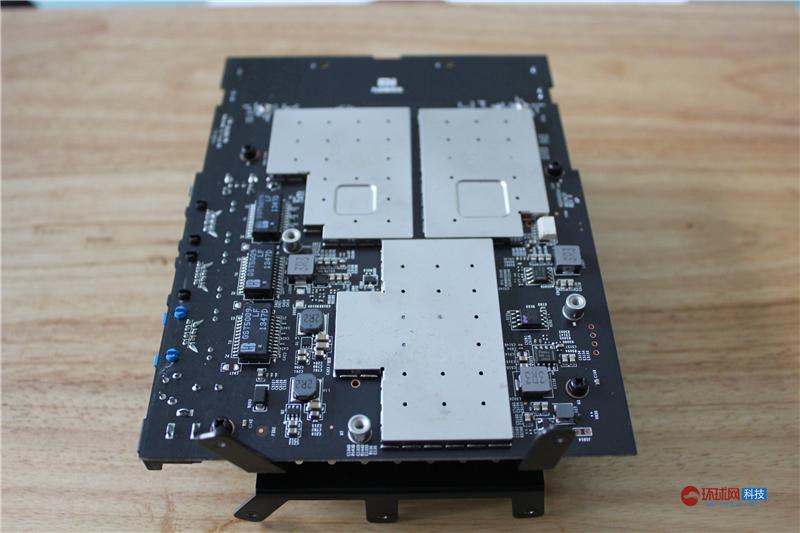 小米路由器采用Boardcom 1GHz双核处理器,支持2.4GHz+5GHz双频WiFi以及802.11ac协议,内置1TB SATA硬盘、256MB DDR3内存。公测版还配了6类网线一条(以测试千兆有线端口)、螺丝刀、手套、散热风扇,迅雷白金会员卡等。除了超强的硬件配置以外,小米路由器还与小米数码产品的完美搭配,并可以通过扩展插件实现更多不同的应用,用户更能通过小米路由器架设属于自己私人的服务器,创造属于自己私人的网络中心。