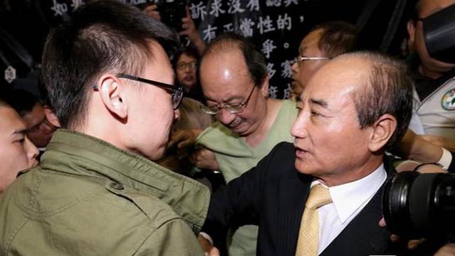 王金平进议场与学生握手 发声明令国民党团错愕