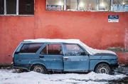 冬天大雪中被遗弃的汽车
