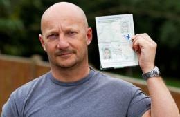 英光头男子用金发女友护照顺利通过安检