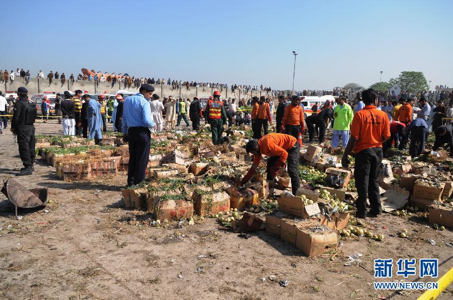 4月9日,在巴基斯坦首都伊斯兰堡,安全人员在爆炸袭击现场查看。巴基斯坦医学科学研究所负责人9日说,当天上午发生在首都伊斯兰堡附近一家水果市场的爆炸袭击已造成至少23人死亡、30人受伤。新华社发(艾哈迈德·卡迈勒摄) 免责声明:本文仅代表作者个人观点,与环球网无关。其原创性以及文中陈述文字和内容未经本站证实,对本文以及其中全部或者部分内容、文字的真实性、完整性、及时性本站不作任何保证或承诺,请读者仅作参考,并请自行核实相关内容。