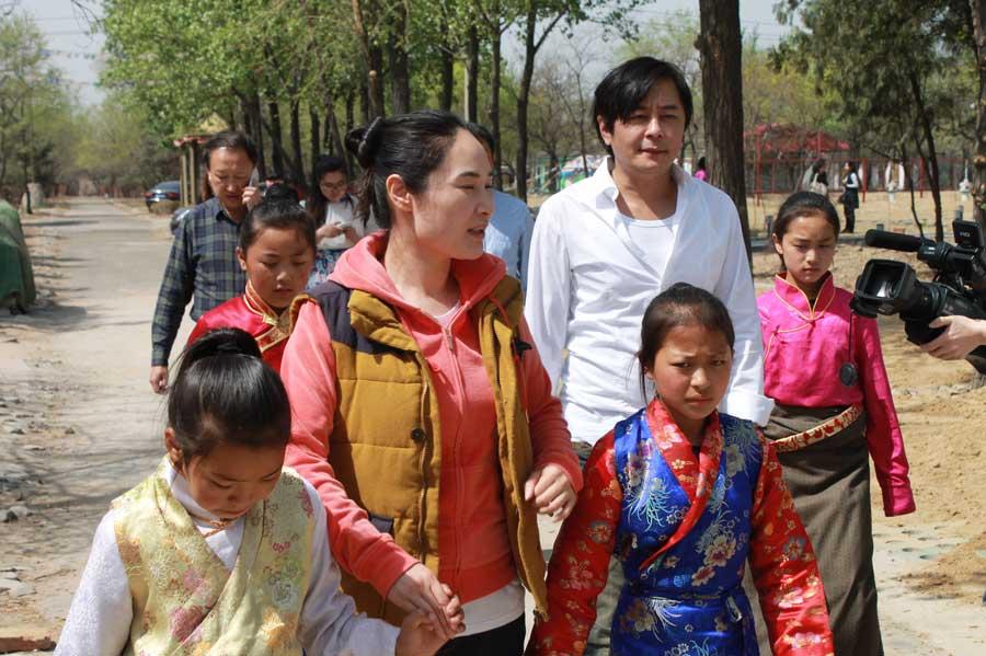"""王杰捐赠藏族学生 用音乐""""守护童年"""""""