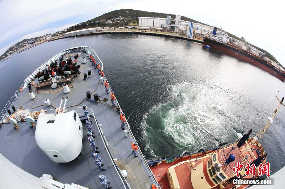 千岛湖号搜救多日首次靠岸补给