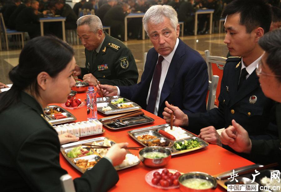 哈格尔与解放军学员共进午餐