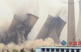 湖北荆门热电厂3座百米高塔同时爆破