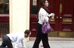 """伦敦街头惊现女子牵狗带""""遛男人"""""""