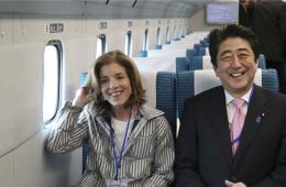 安倍与美驻日大使乘坐磁悬浮列车 相谈甚欢喜笑颜开