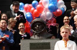 俄宇航员加加林铜像揭幕 景海鹏参加仪式