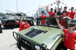 香港大学生参观驻港部队昂船洲海军基地