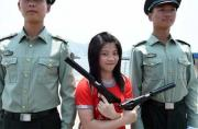 香港女大学生把玩92式手枪