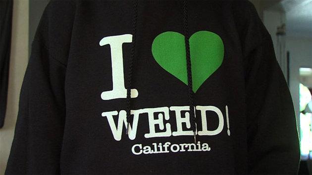 """美中学生因穿带""""大麻""""字样T恤上学引争议"""
